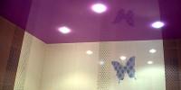 Глянцевые натяжные потолки в ванную