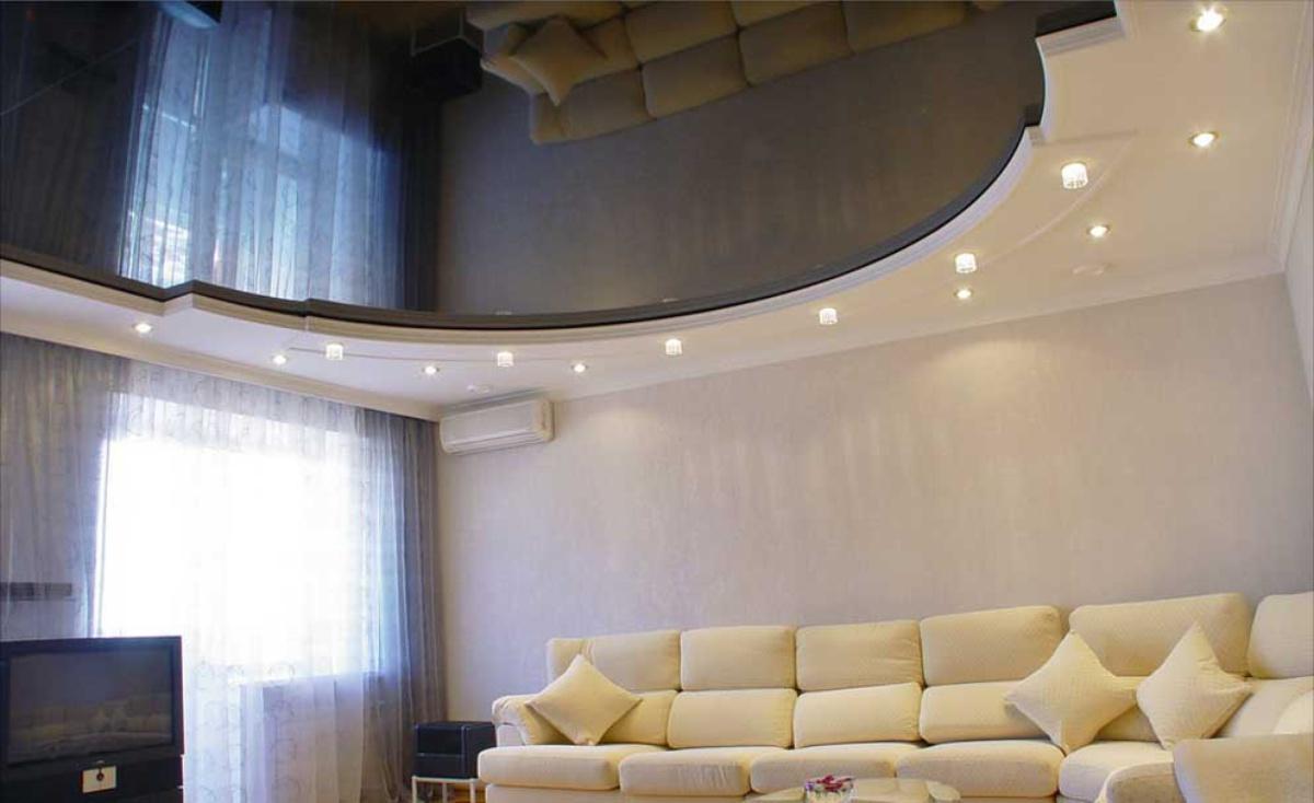 Глянцевые натяжные потолки в зал