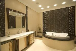 Натяжные потолки и плитка настенная в ванной