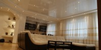 Глянцевые натяжные потолки в интерьере квартиры
