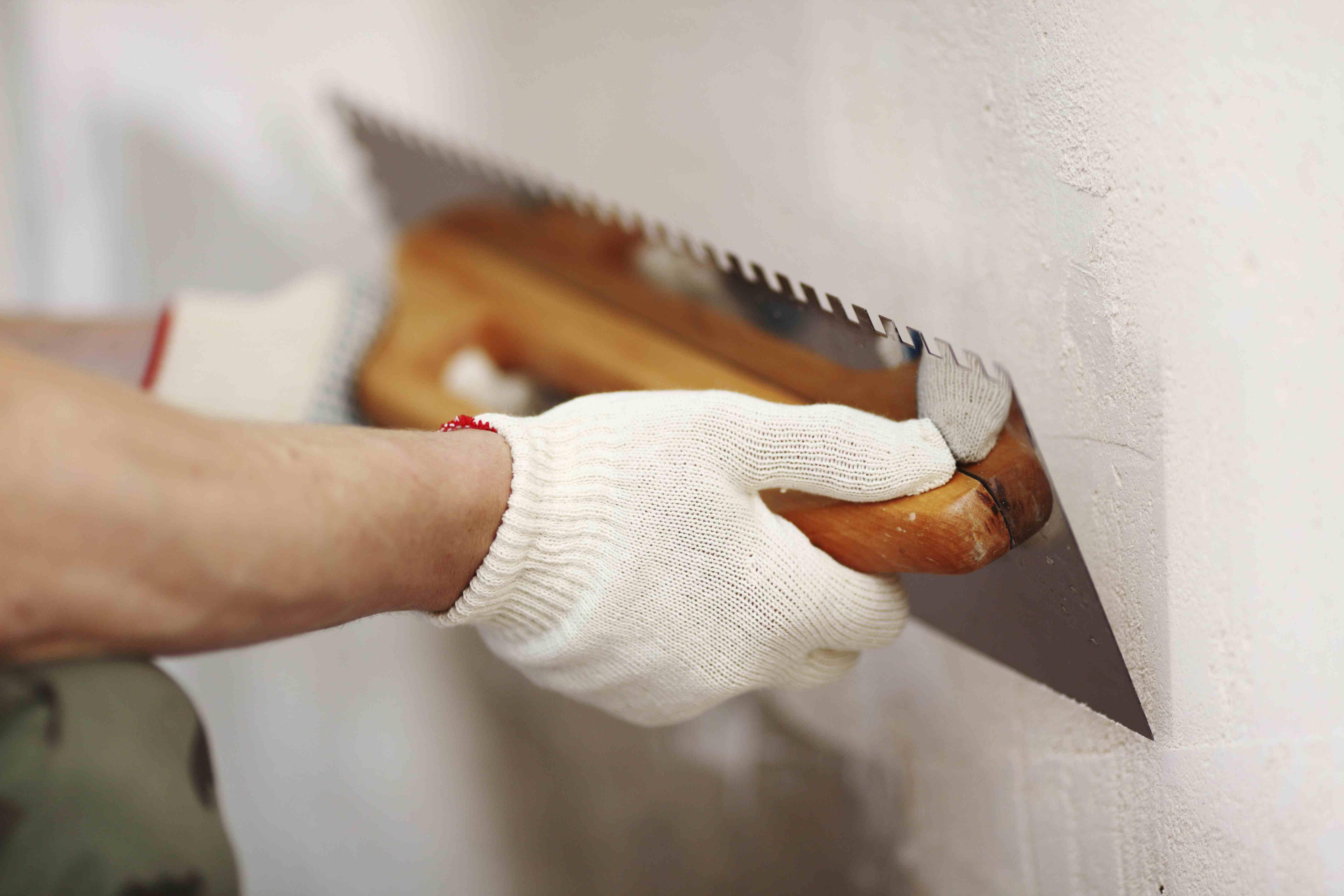 Исправляем дефекты на оштукатуренных стенах