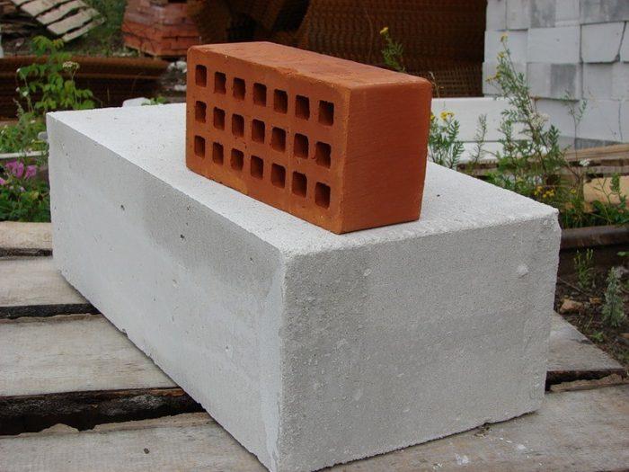 Кирпич или пеноблок, из чего строить дом?