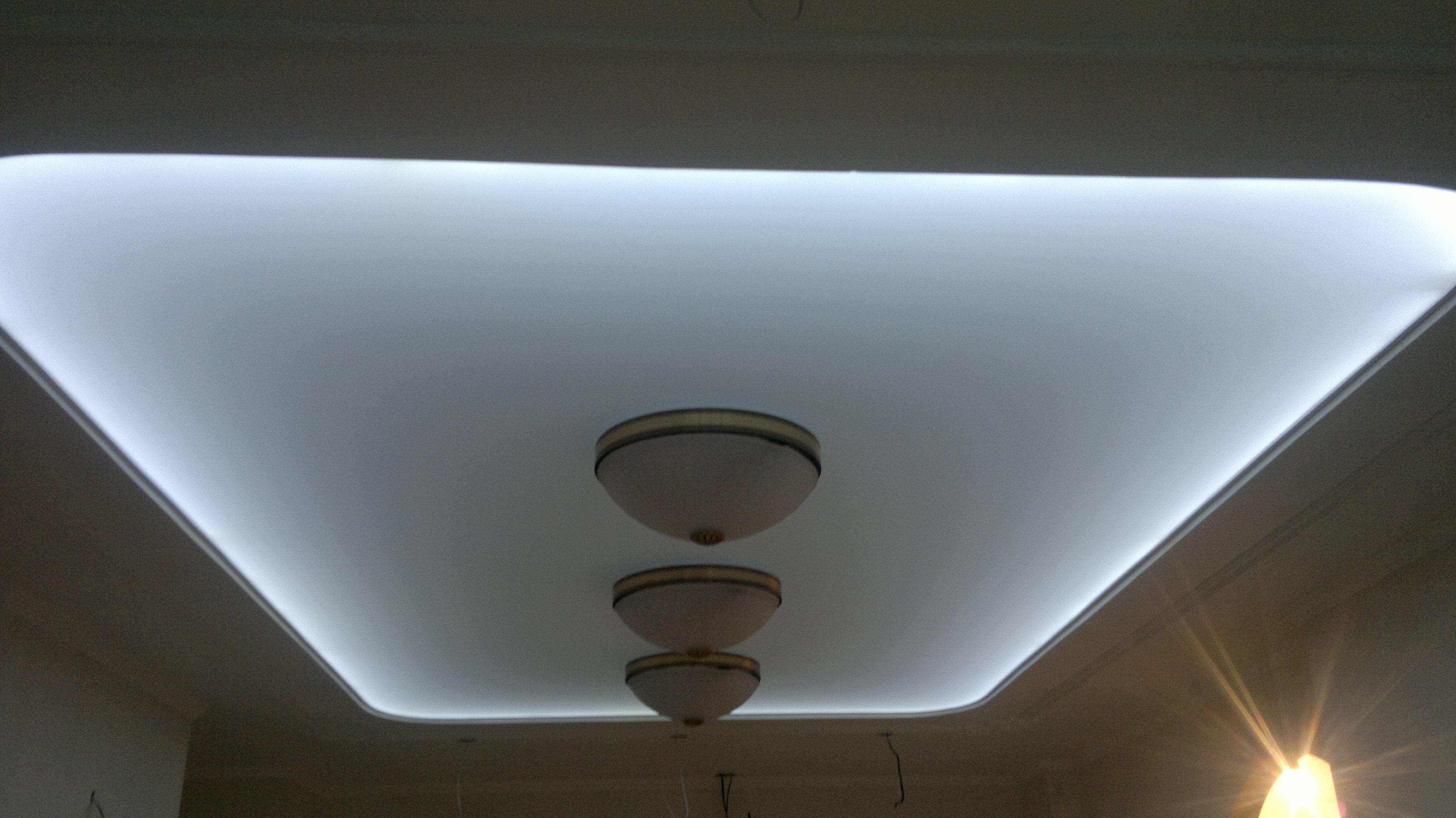 Светодиодная подсветка и полупрозрачное натяжное полотно