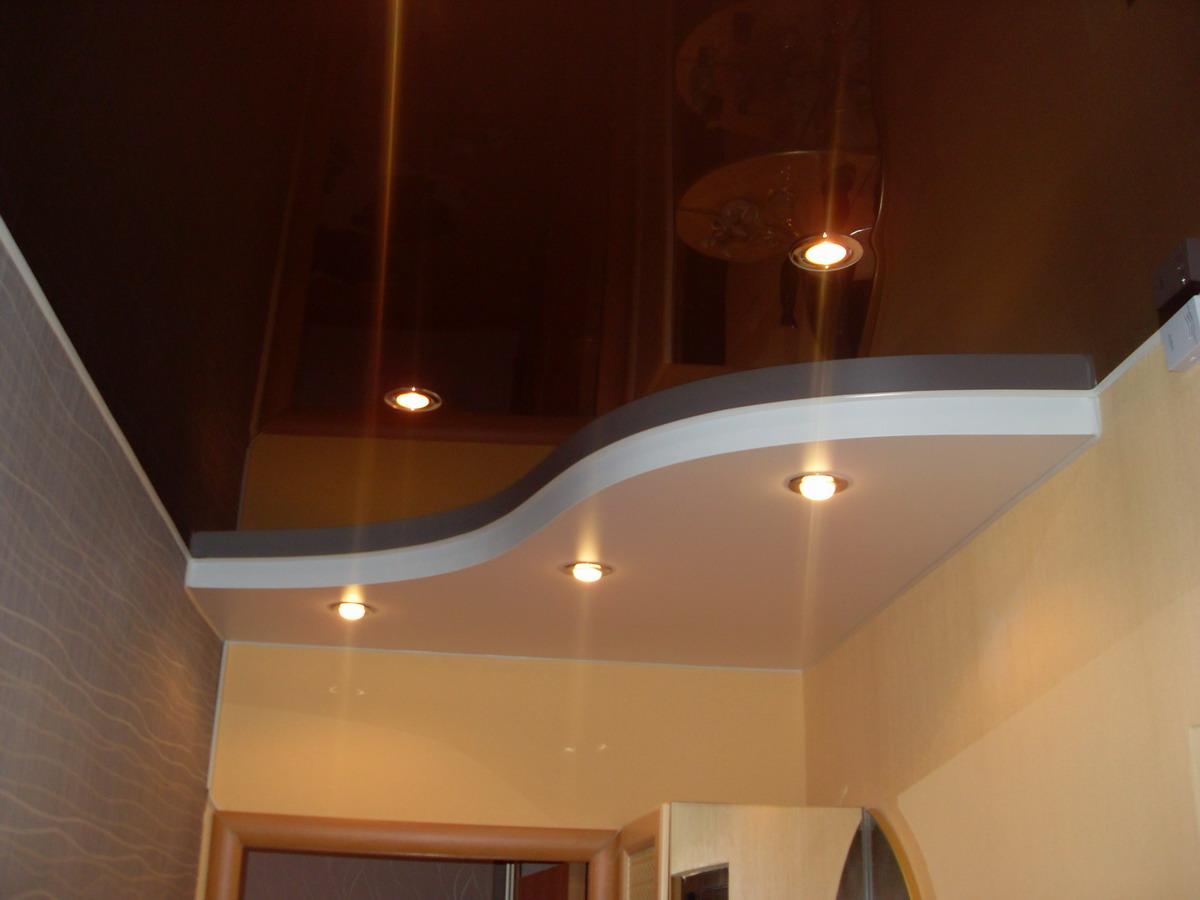 Темный глянцевый натяжной потолок в коридоре