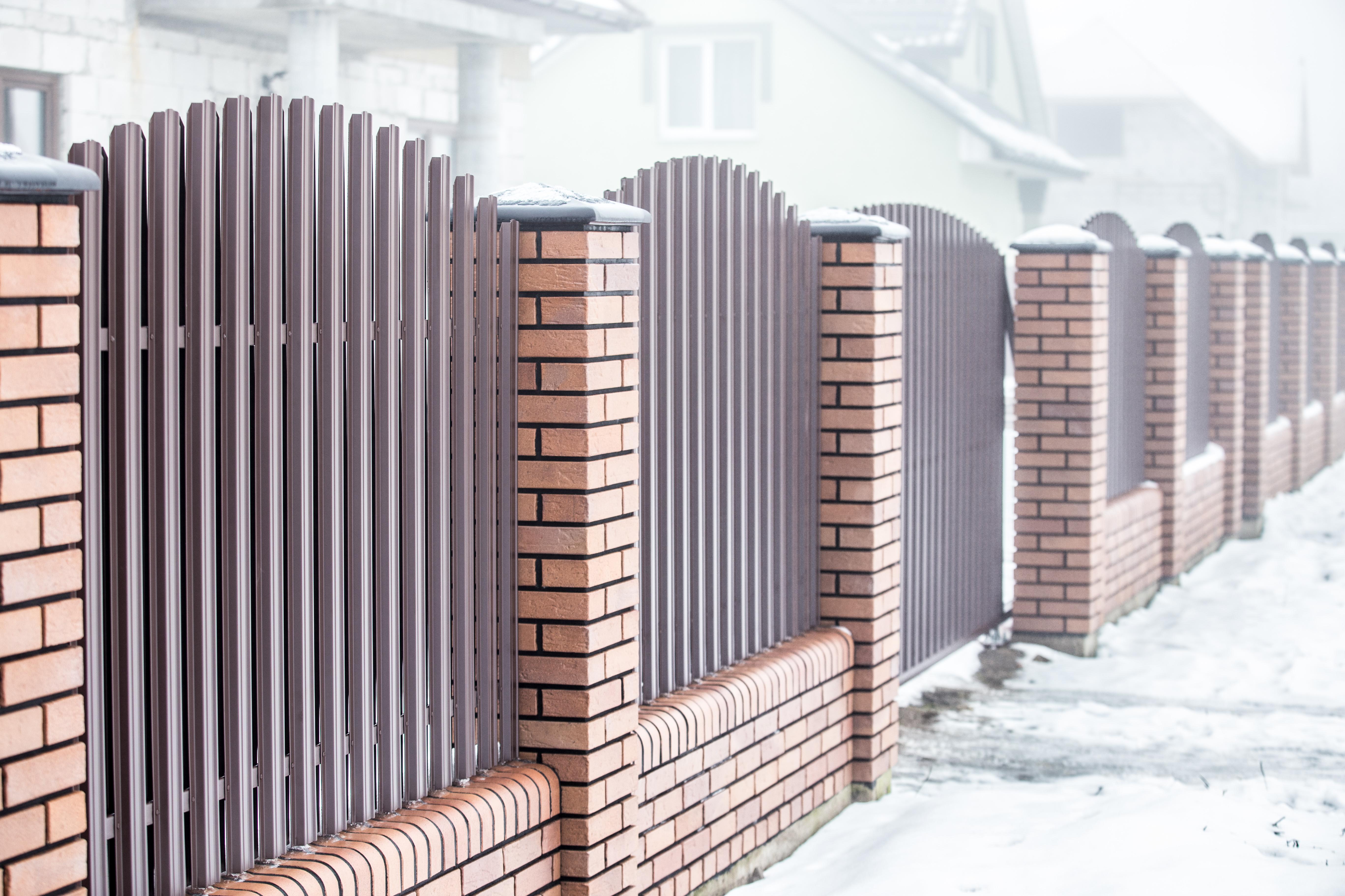 Забор из металлического штакетника в двухстороннем порядке